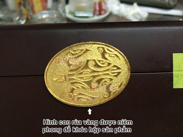 Khóa mạ vàng của hộp an cung rùa vàng có biểu tượng hình con rùa